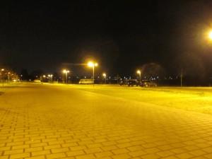 Nächtlich beleuchteter, leerer Parkplatz am Haus Kump in Mecklenbeck