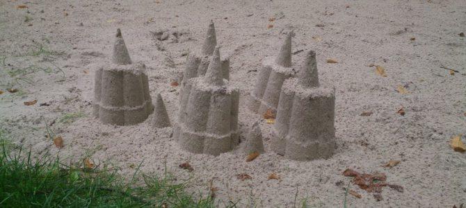 Kleine Kunstwerke im Sand auf dem neuen Erlebnisspielplatz in Roxel
