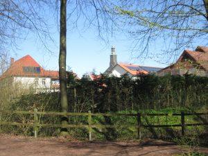 Blick auf den Kirchturm der Stiftskirche von Hohenholte