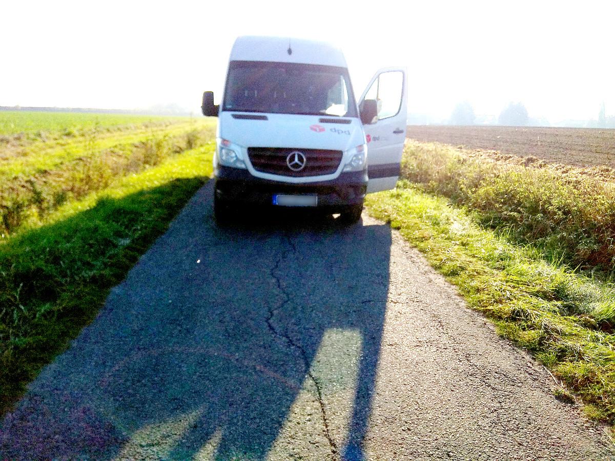 DPD-Transporter auf Radweg in Roxel