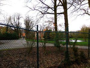 Blick von außen durch den Zaun auf Burg Hülshoff